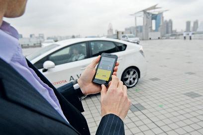 Toyota показала Prius, яким можна керувати за допомогою смартфона