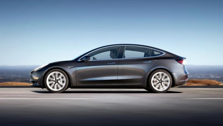 Tesla Model 3: оголошено ціни та комплектації