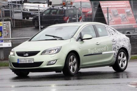 Седан Opel Astra знову попався в об'єктиви фотокамер
