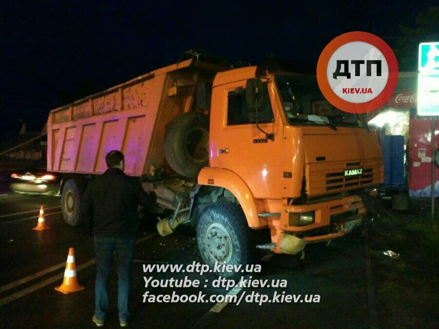 Велика ДТП під Києвом: КамАЗ розбив 5 автомобілів, затор на 15 км