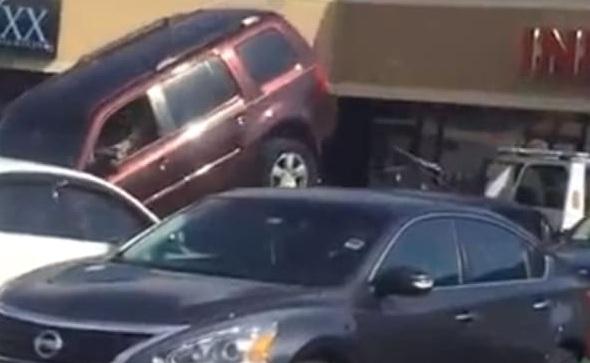 Водій на джипі намагався втекти з евакуатора: відеофакт