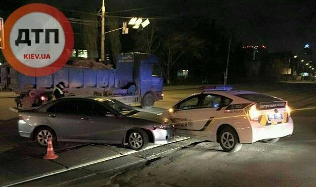 У Києві п'яний водій переїхав автомобіль поліції