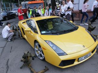 У Києві на Подолі Lamborghini заблокував рух трамваїв (ВІДЕО)