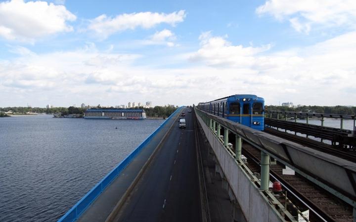 Один з мостів Києва перекривають