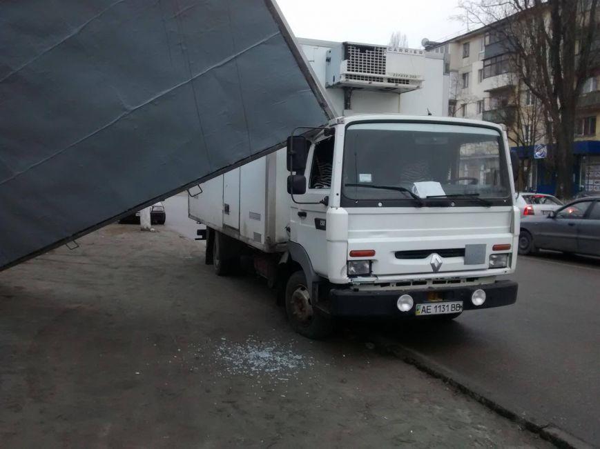 Рекламний щит впав на вантажівку