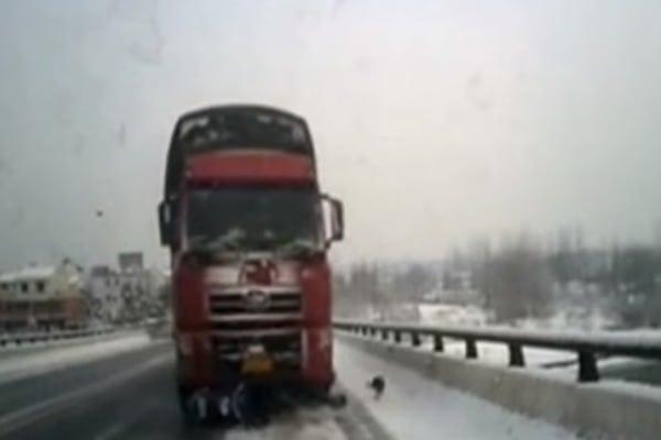 Чоловік уцілів під колесами багатонної вантажівки