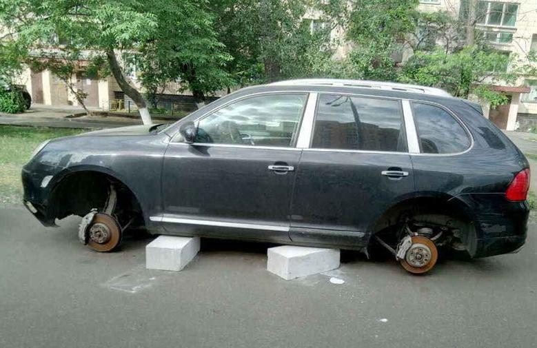 У нерозмитнених автомобілів почали знімати колеса