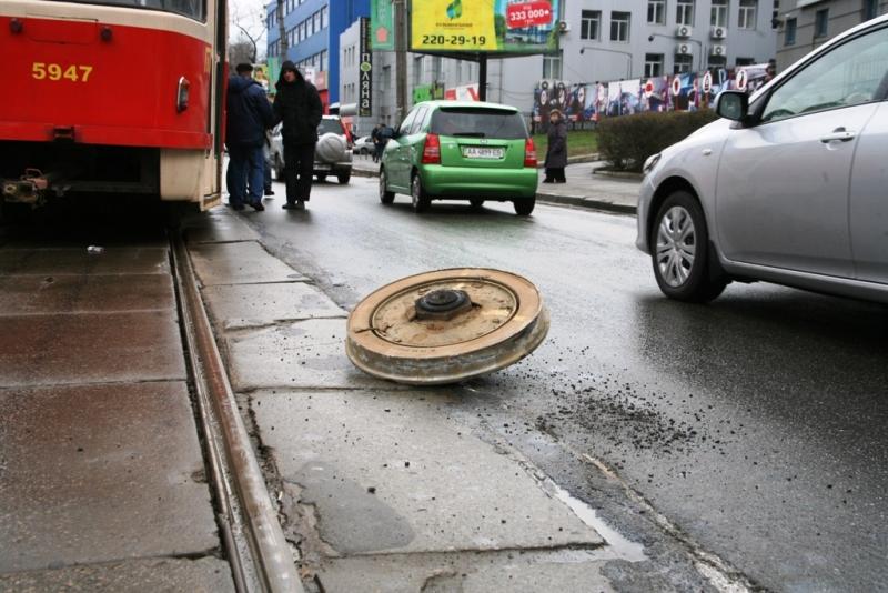 У Києві під час руху розвалився трамвай