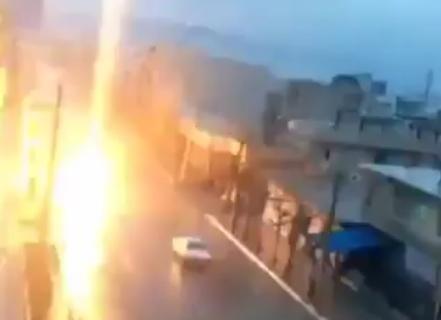 Блискавка вдарила автомобіль, який їхав по трасі: відео з місця події