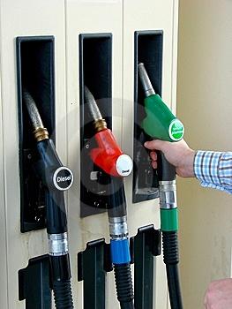 В Україні третій місяць підряд зростає виробництво бензину