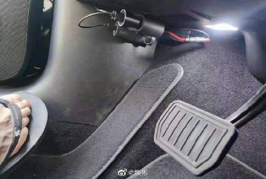 Китайці встановлюють камеру в електрокари Tesla, яка знімає педалі. І ось навіщо