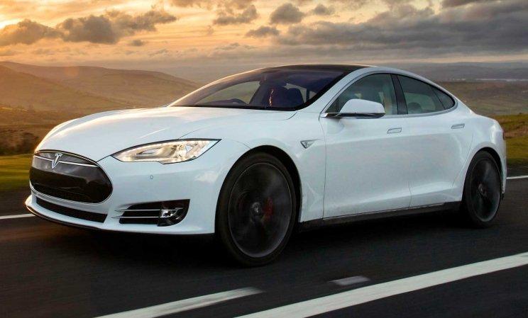 Електрокар Tesla Model S виходить на гоночний трек