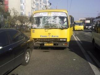У Києві зіткнення двох автобусів з людьми: 8 осіб постраждало