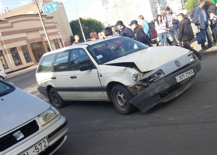 П'яний водій з дитиною збив дерево та потрощив автомобілі