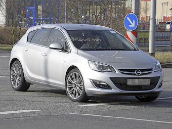 Оновлену Opel Astra сфотографували без камуфляжу