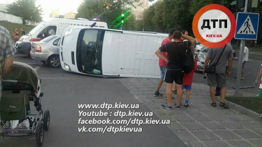 П'яне ДТП в Києві: перевернуто пасажирський автобус