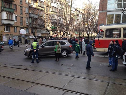Рух у центрі Києва перекрив елітний автомобіль: на місце прибули підрозділи МВС