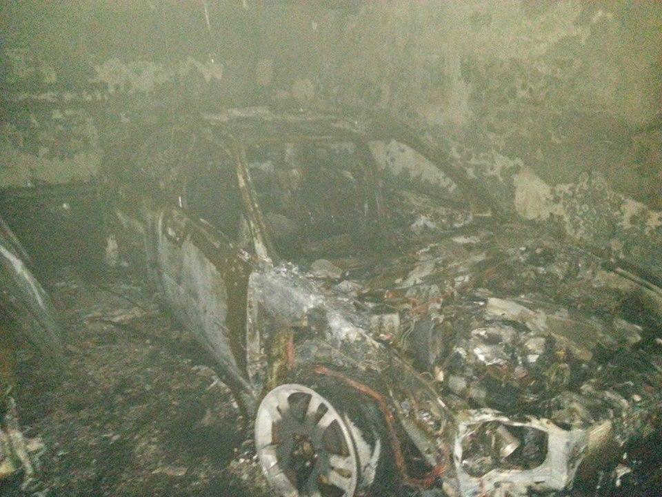 У Києві на паркінгу згоріли дорогі іномарки
