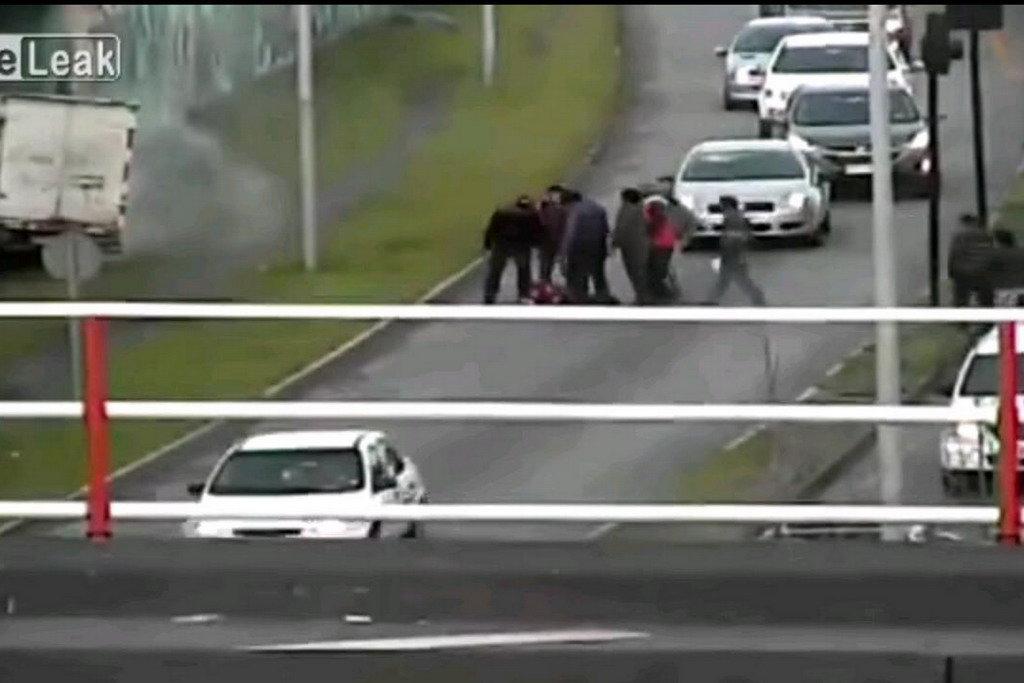 Неадекватний водій отримав по заслузі від перехожих