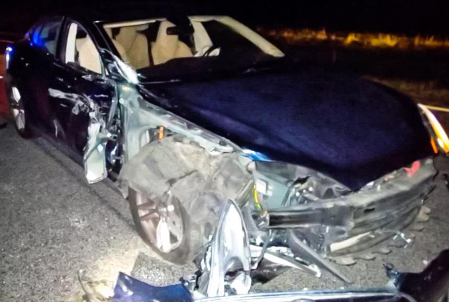 Tesla влаштувала аварію з поліцейськими машинами, поки водій дивився фільм