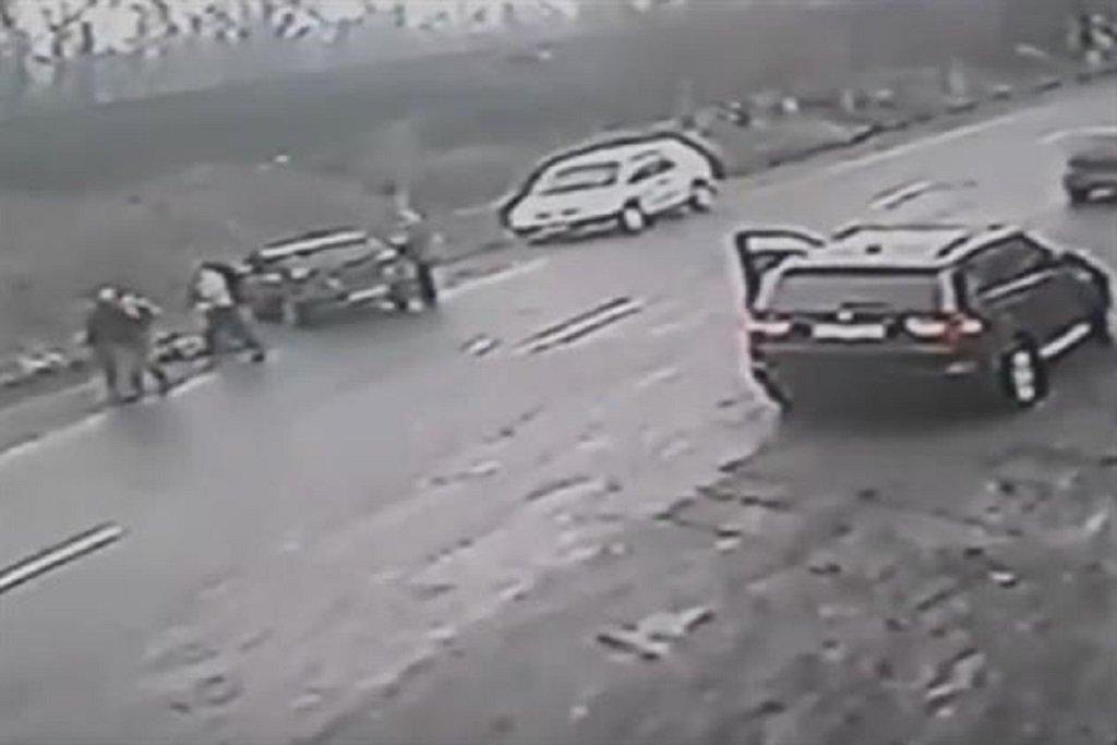 Чоловік, рятуючи дитину від наїзду авто, сам потрапив під колеса