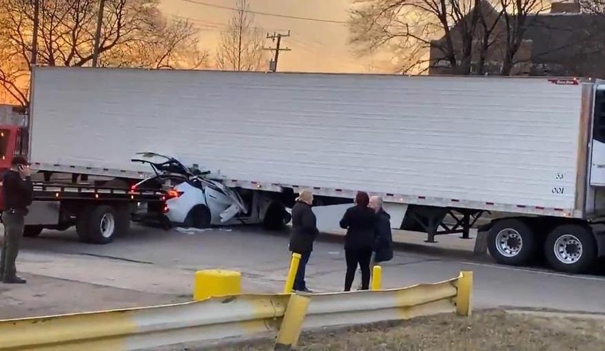 Ще одна Tesla на повному ходу врізалася у вантажівку: причини ДТП