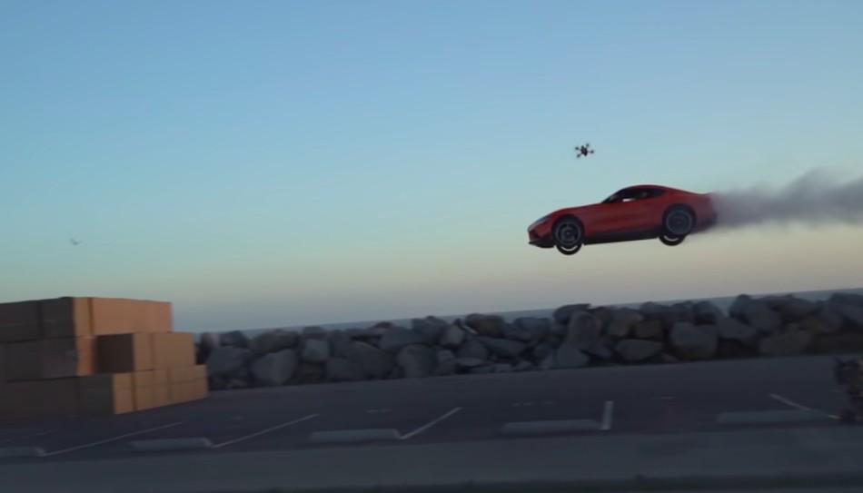Екстремальний стрибок Toyota Supra з приземленням в картонні коробки (+ВІДЕО)