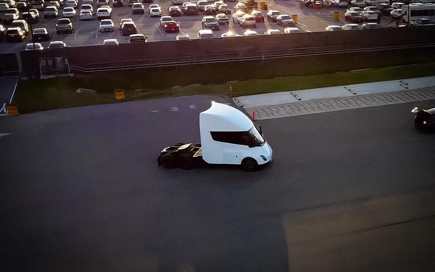 Електровантажівка Tesla Semi проходить фінальні випробування (ВІДЕО)