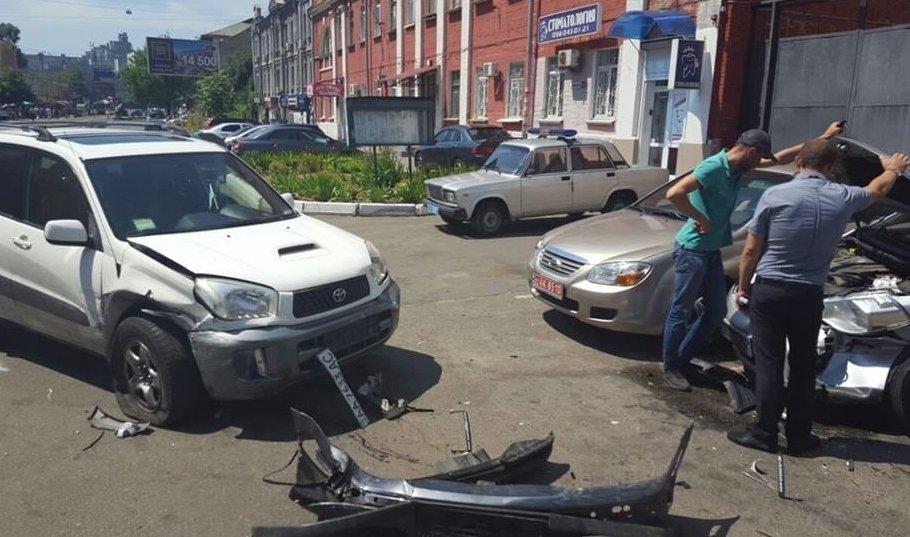 У Києві автомобіль розбив дев'ять машин