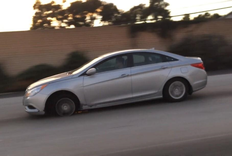 Hyundai Sonata втратила покришку колеса, але продовжила їхати (шалене відео)