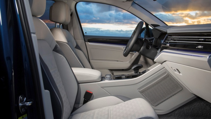 Volkswagen показав інтер'єр нового Touareg