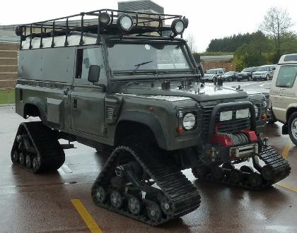 На Land Rover Defender одягли гусениці