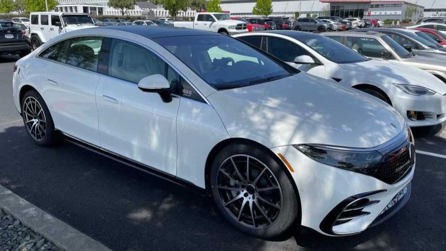 Mercedes-Benz EQS сфотографували на парковці заводу Tesla