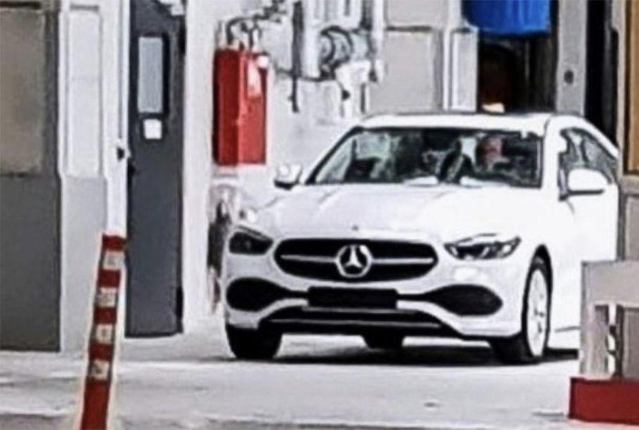 Mercedes-Benz C-Class 2021: перша фотографія без камуфляжу