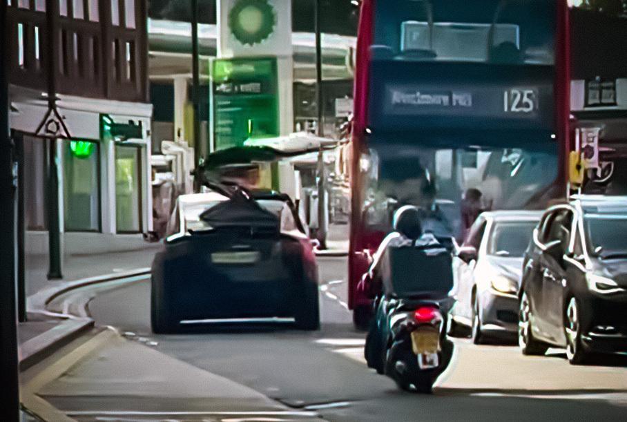 Відео: Tesla Model X розбила відчинені двері об автобус