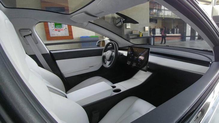 Інтер'єр Tesla Model 3 виявився досить лаконічним