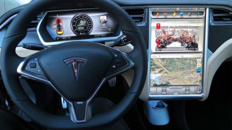 Tesla відкликає 135000 електромобілів
