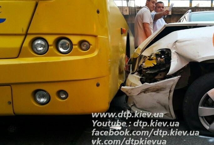 У Києві потужне ДТП: поліцейські розбили автомобіль з дітьми