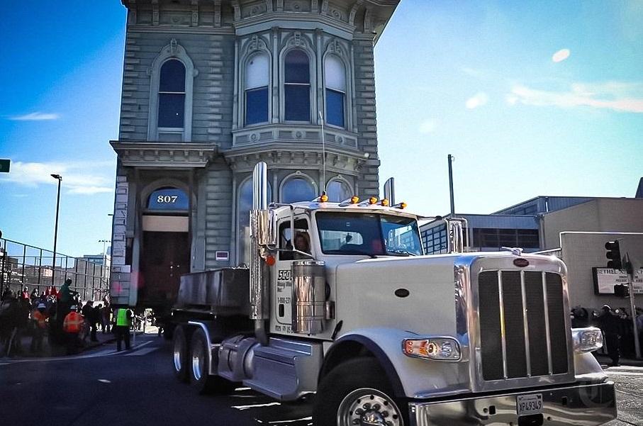 Несподіване відео: двоповерховий будинок «їде» по вулицях Сан-Франциско