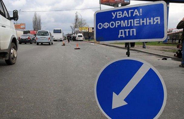 У Києві позашляховик розтрощив поліцейський автомобіль
